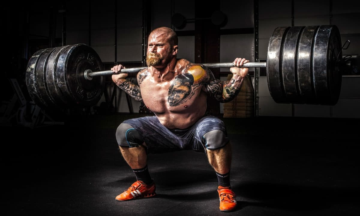Strong man lifting heavy weights